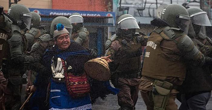 Fotografía de mujer Mapuche atacada por Carabineros
